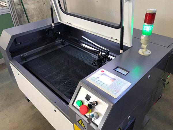 macchina per la stampa e l'incisione laser